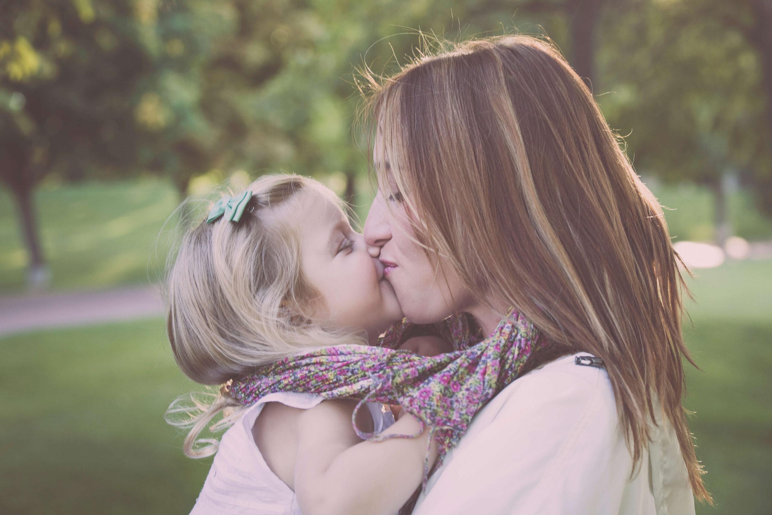 Beso de amor entre madre e hija por el Día de la Madre
