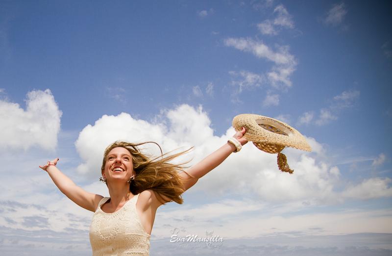 novia cielo mar sombrero pelo suelto