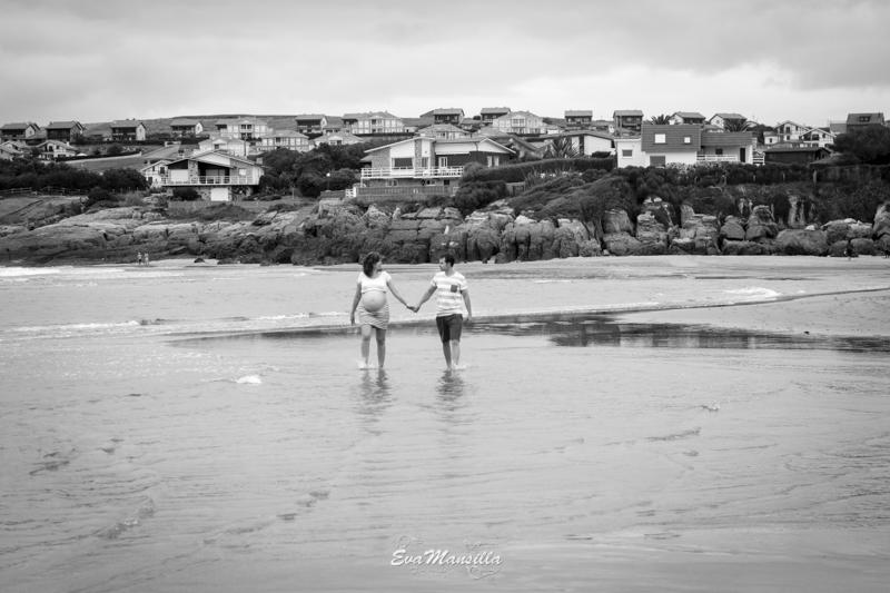 pareja embarazada paseando por la playa de Cuberris en Ajo Cantabria