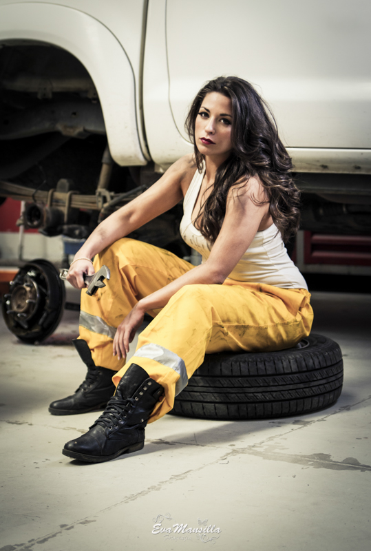 mujer mecánica sexy taller coches llave inglesa mono amarillo