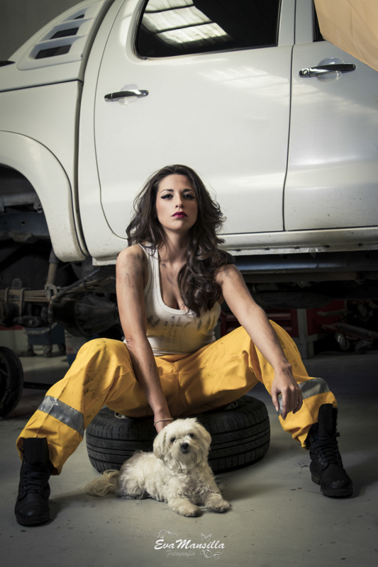 mujer mecánica sexy taller coches con perro