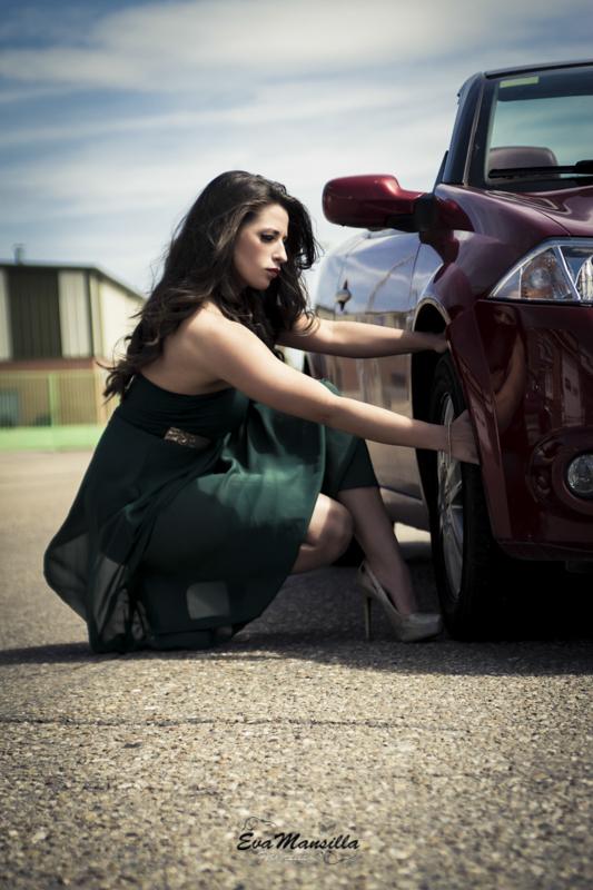 mujer sexy cambiando rueda descapotable