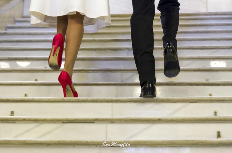 zapatos novio y novia subiendo escaleras