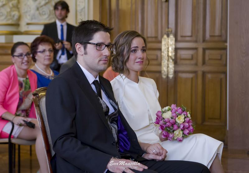 novios recién casados emocionados en la ceremonia