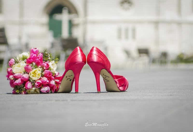 zapatos novia rosa fucsia firmados y ramo peonías