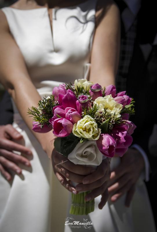 ramo novia peonías rosas con anillos y manos