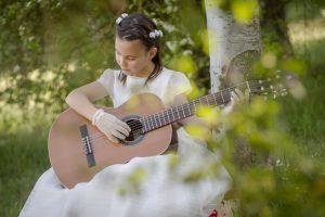 niña primera comunión guitarra parque
