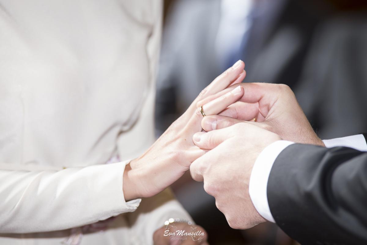 cuando el novio le coloca el anillo alianza a la novia