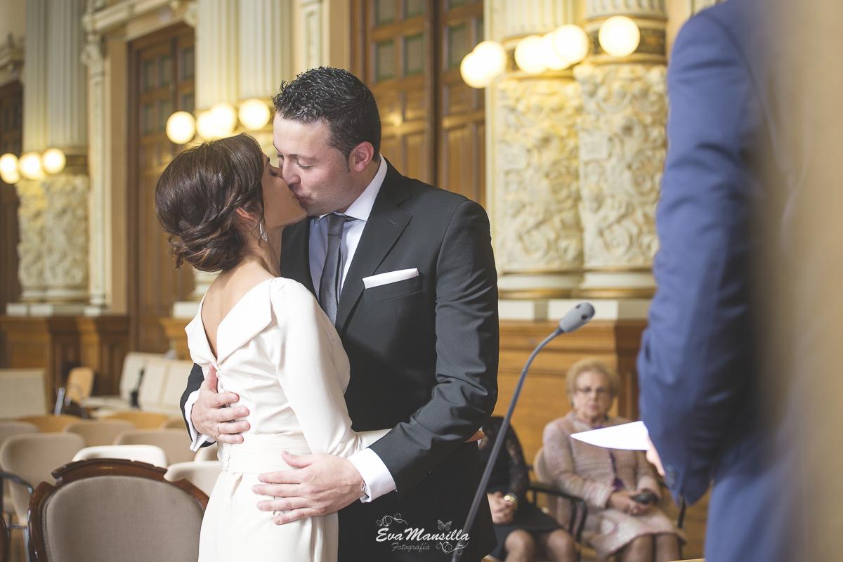 primer beso novios recién casados