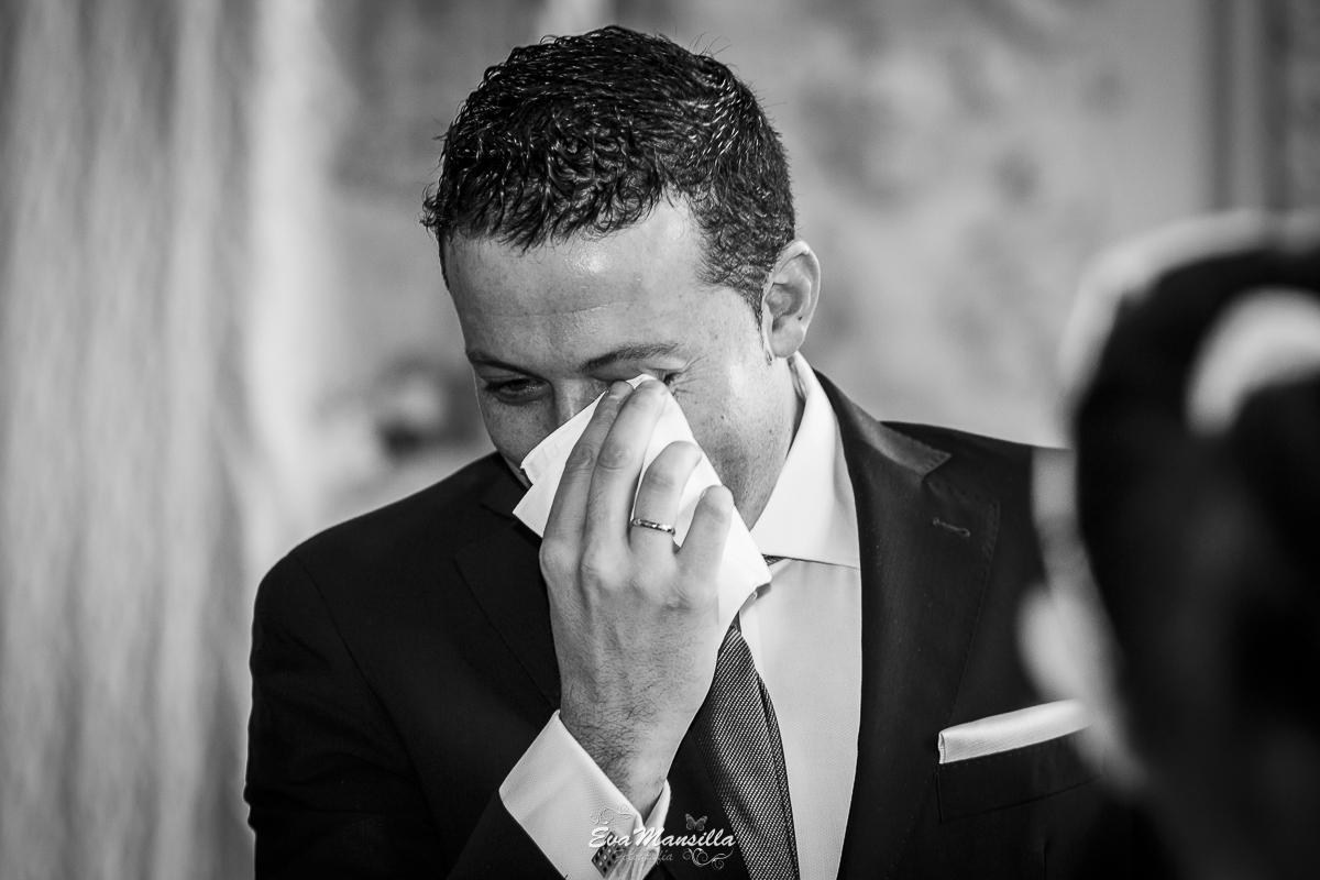foto novio llorando muy emocionado con detalle de alianza