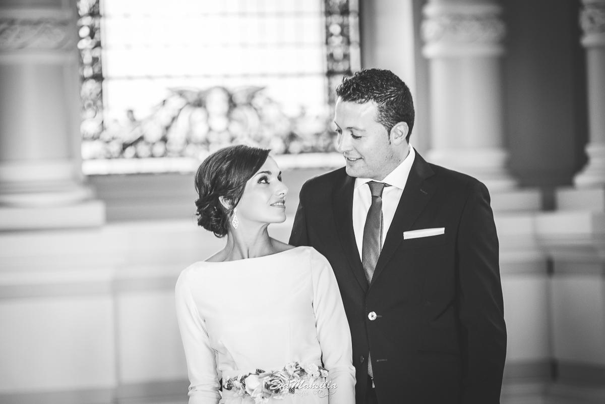retrato blanco y negro novios recién casados