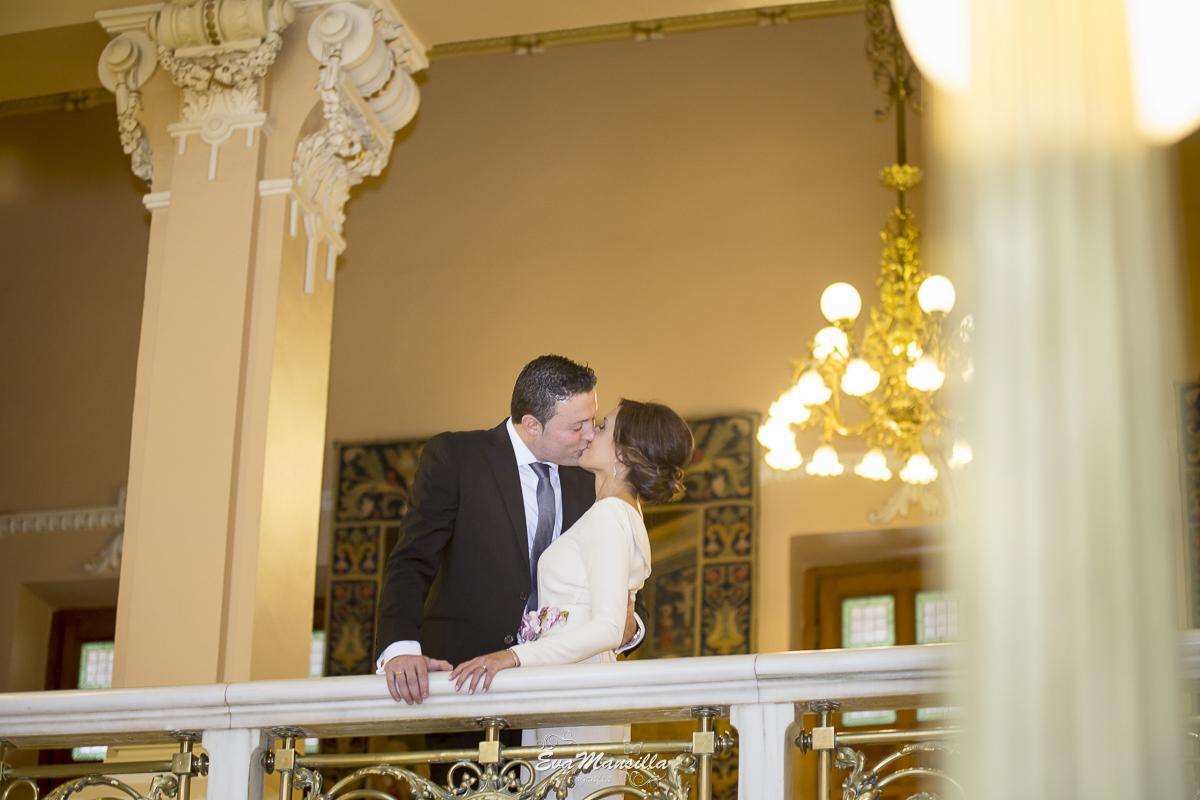 foto beso novios recién casados
