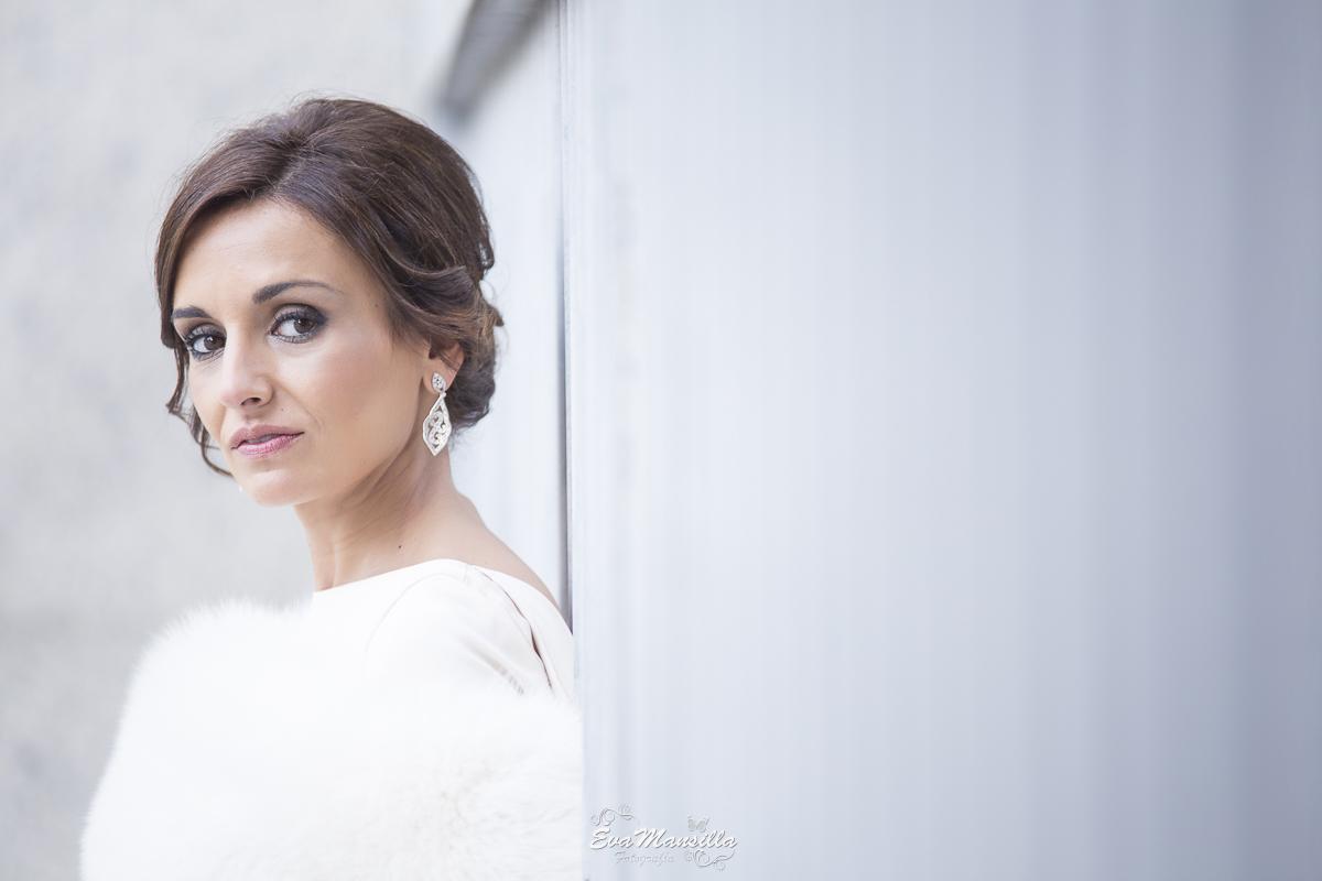 retrato novia elegantísima cuello de piel pelo y pendientes de brillantes