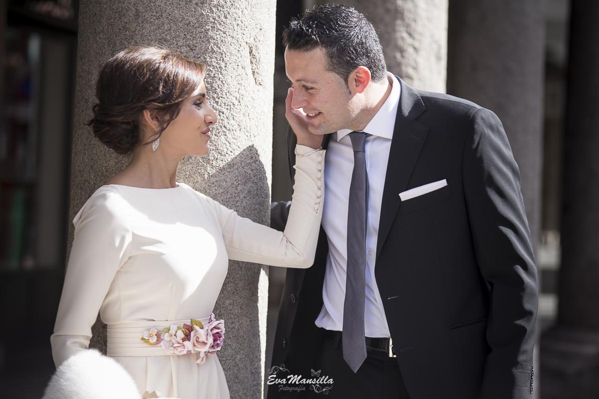 foto tierna caricia novia recién casados