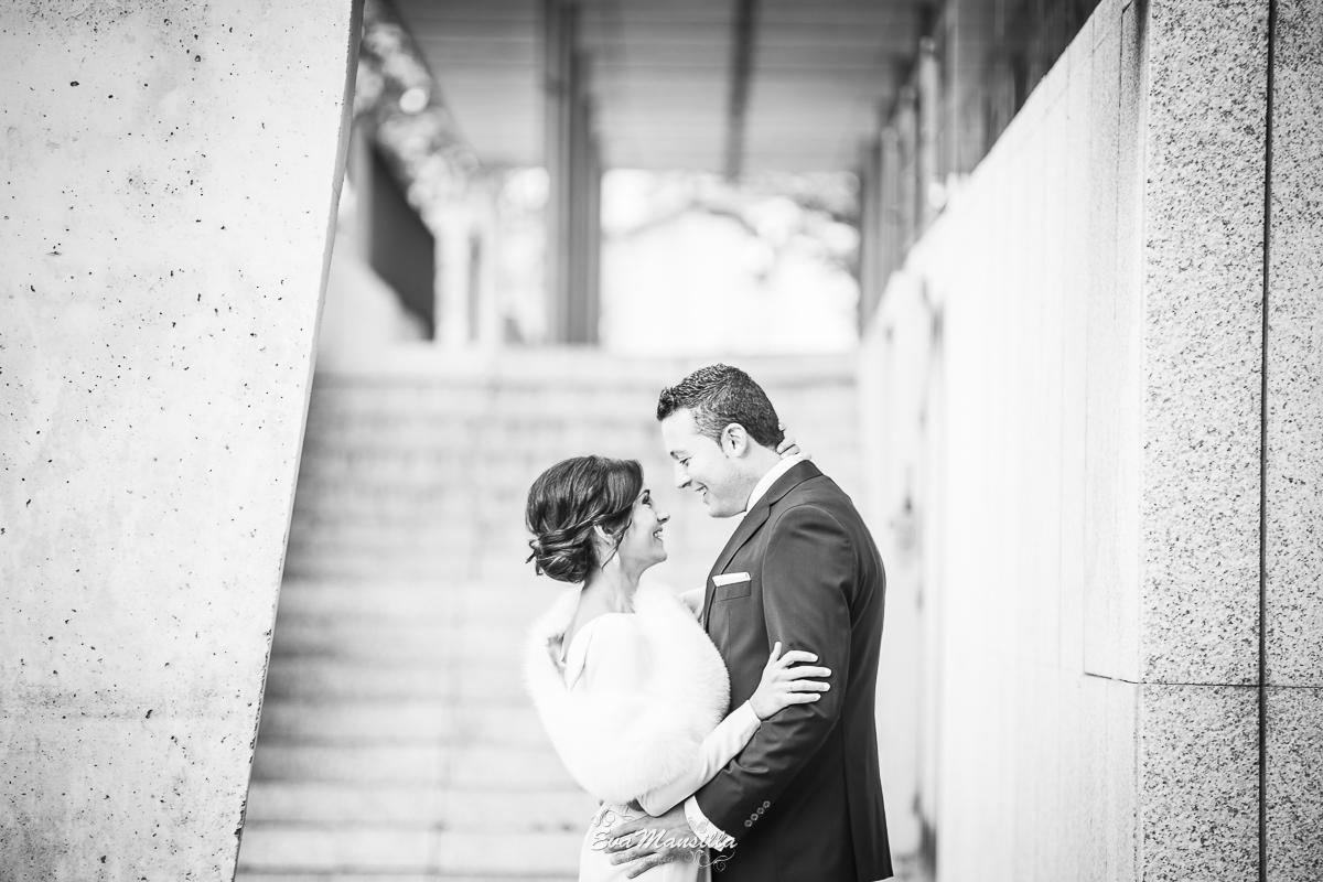 foto blanco y negro novios riendo recién casados