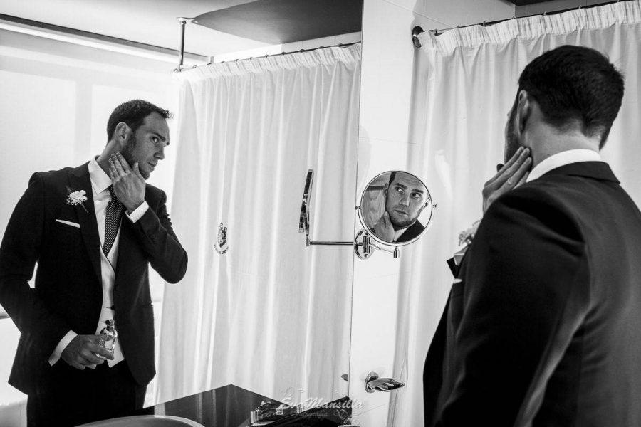 preparativos novio frente al espejo