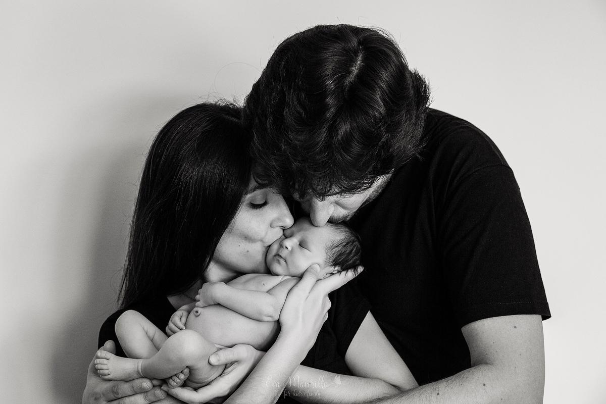 retrato beso recién nacido y padres