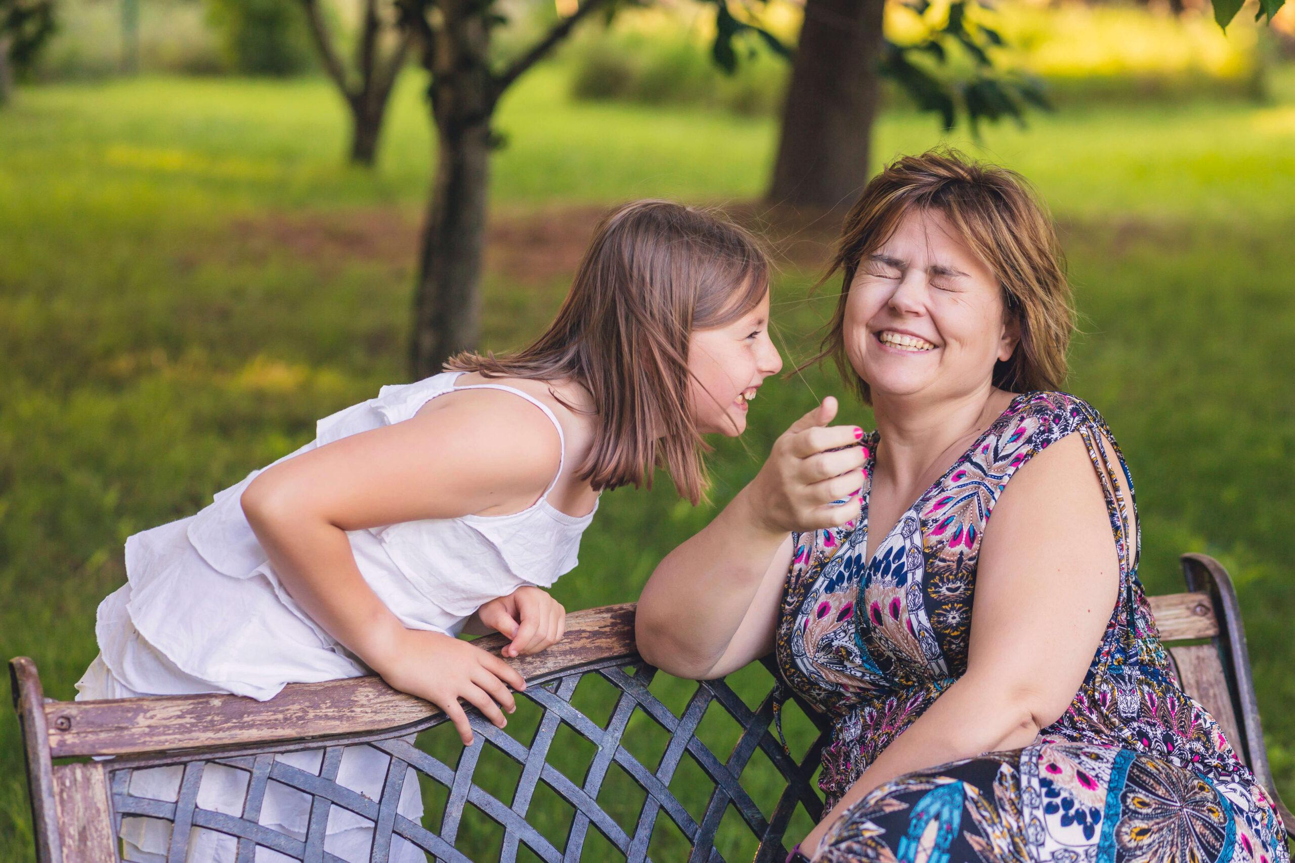Madre e hija pasan un divertido rato
