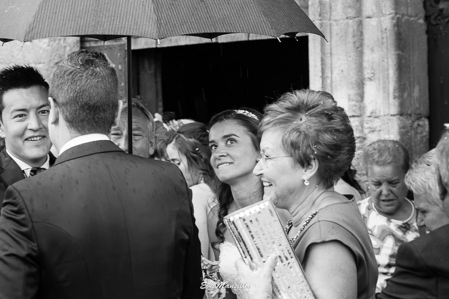 novia bajo paragüas boda con lluvia simancas valladolid