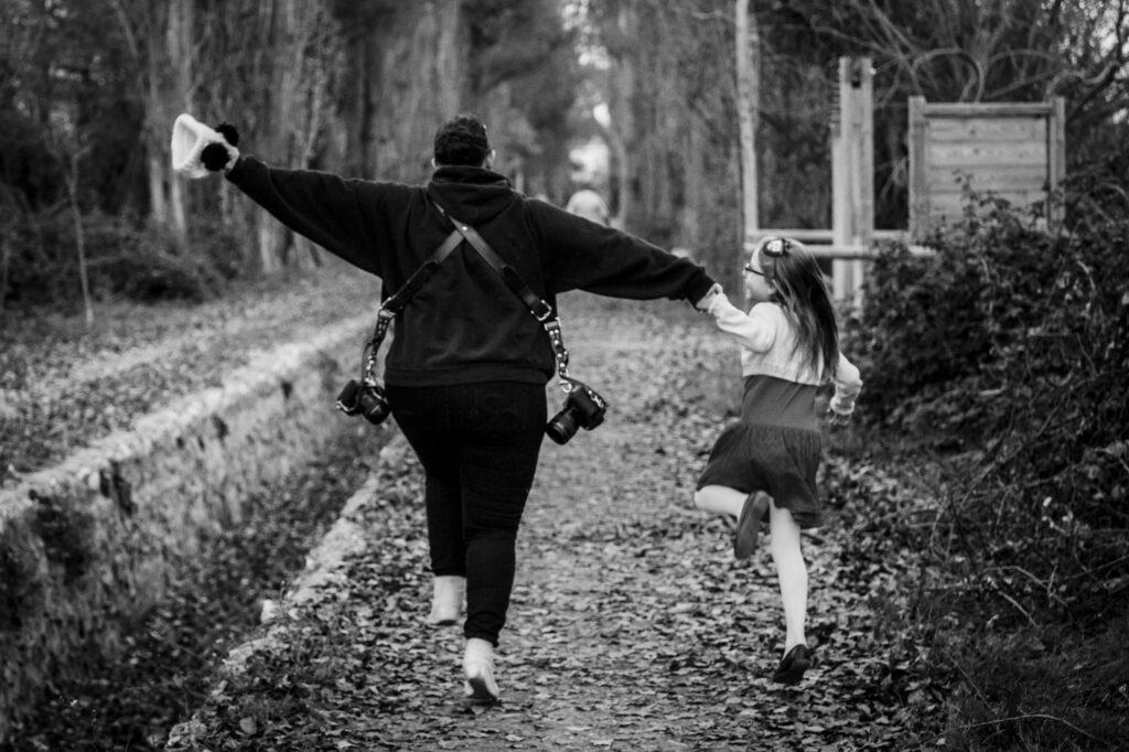 Yessenia y Alex caminan de la mano con alegría - Día del Trabajo