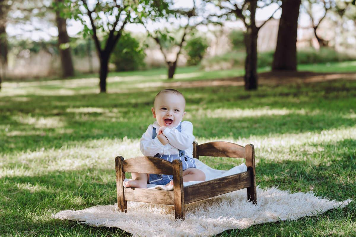 bebé riendo jardín cuna juguete