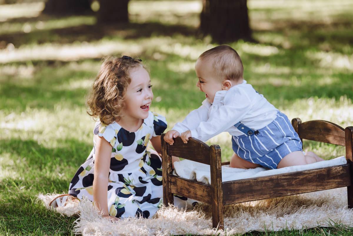 niño y niña riendo jardín cuna juguete