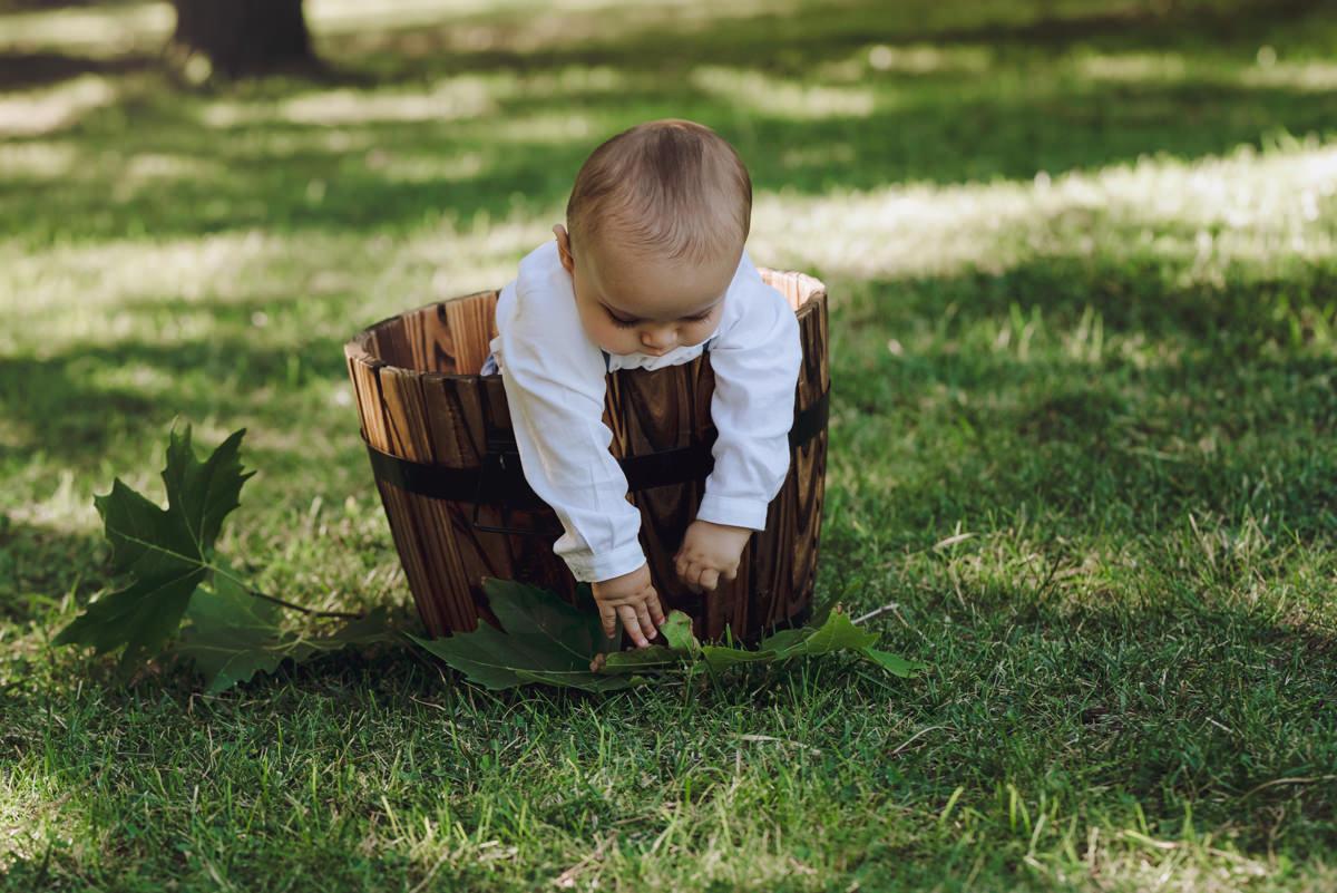 bebé cuba madera jardín jugando hojas suelo