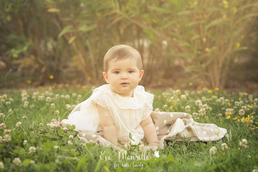 bebé niña bautizo fotos en jardín