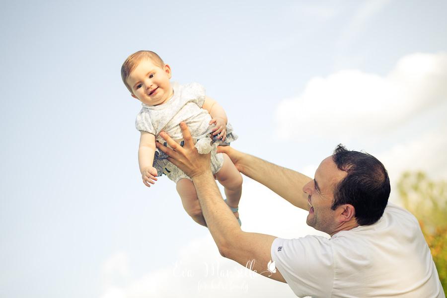 bebé niña volando feliz