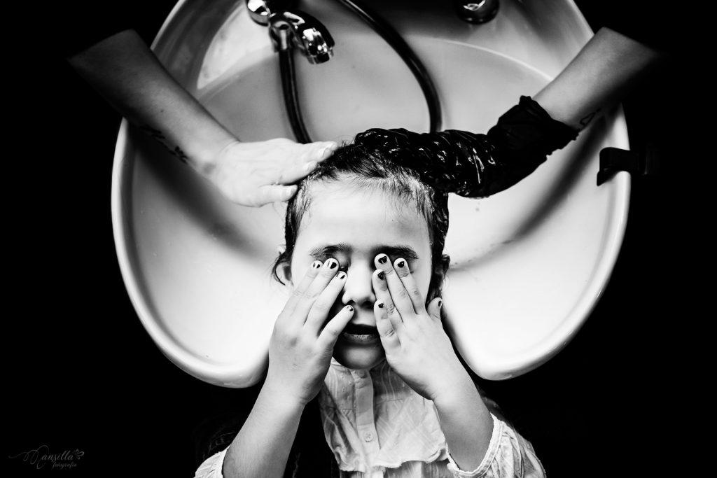 foto blanco y negro preparativos niña boda