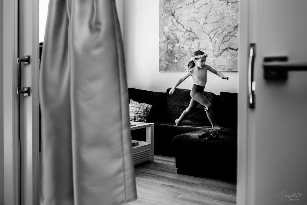 foto blanco y negro niña saltando sofás