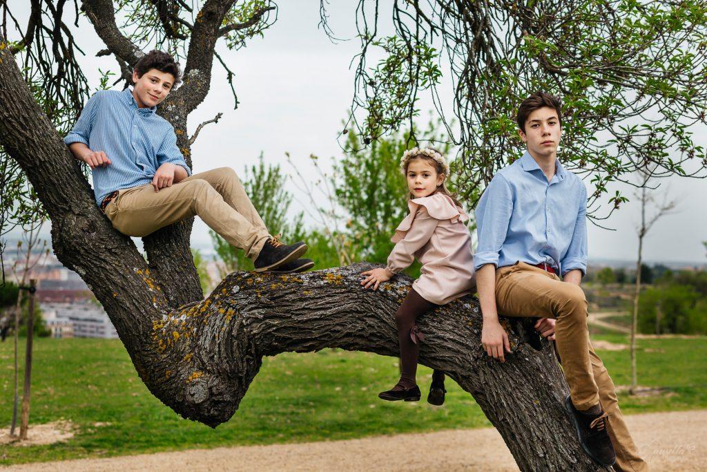 retrato hermanos subidos árbol