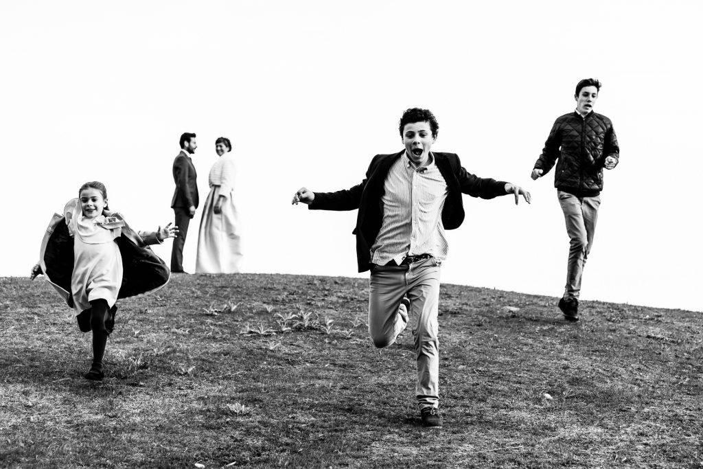 niños corriendo ladera abajo foto blanco y negro