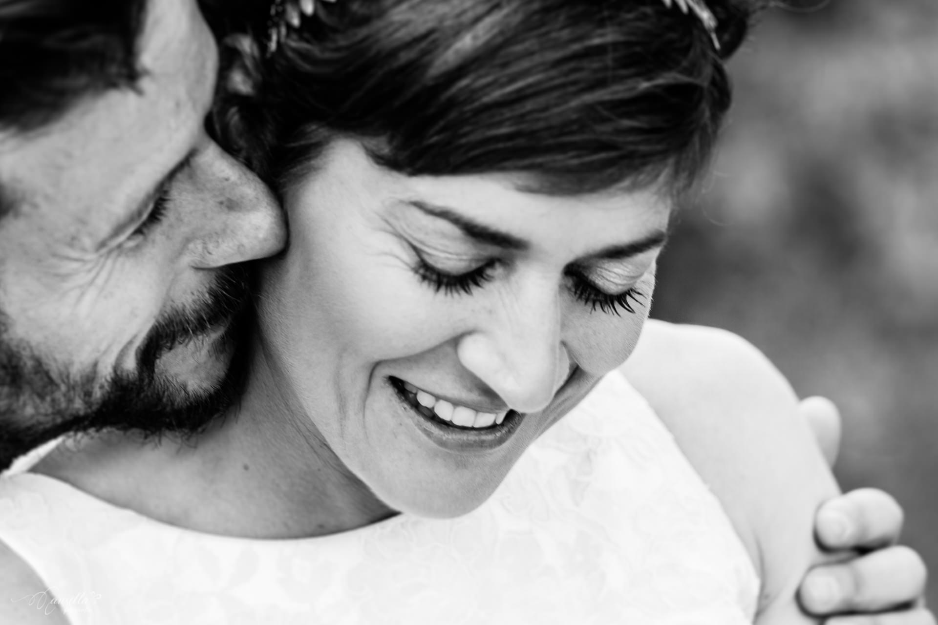 pareja novios abrazo beso blanco y negro