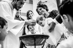 bautizo bebé con papás novios, hermano, cura y padrinos