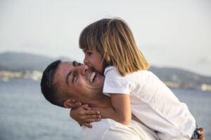 Besa a papá. Regálale felicidad en su Día del Padre