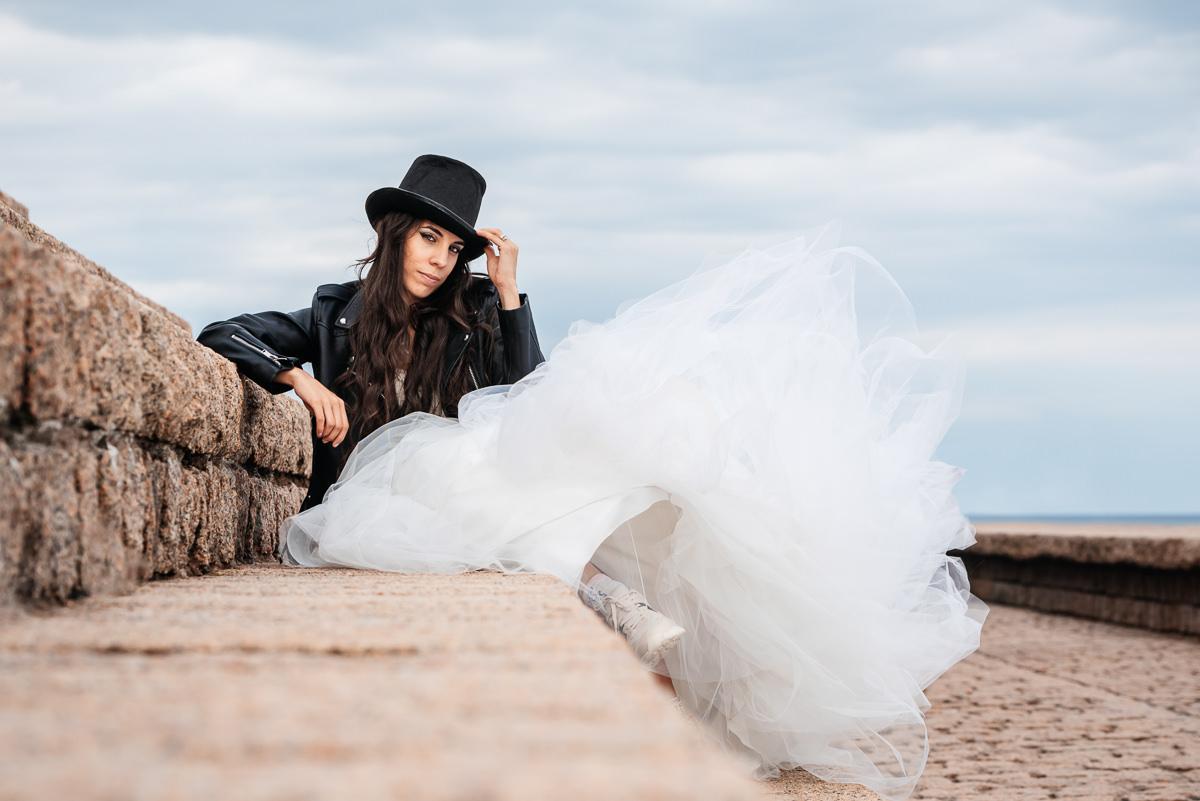 novia blanco chaqueta cuero negra chistera