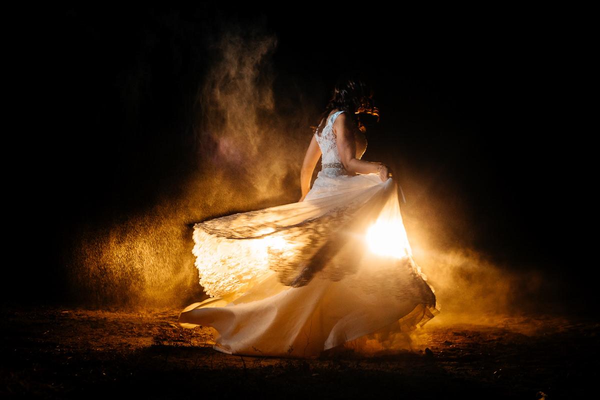 novia bailando nocturna contraluz