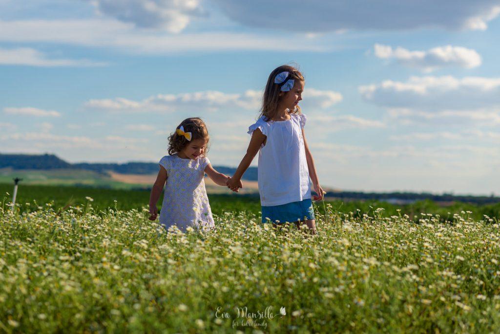 hermanas entre margaritas y nubes