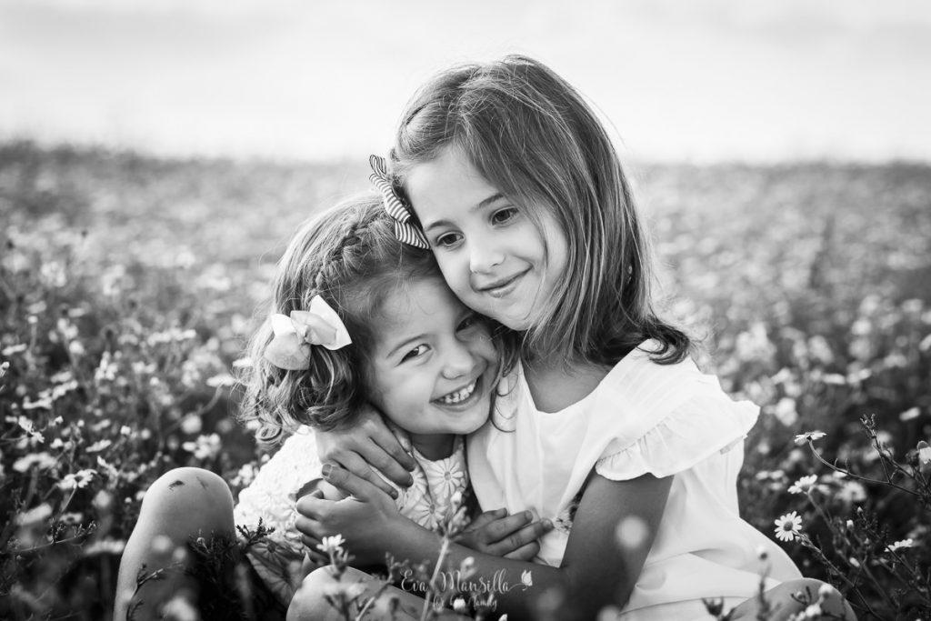 hermanas abrazadas foto blanco y negro