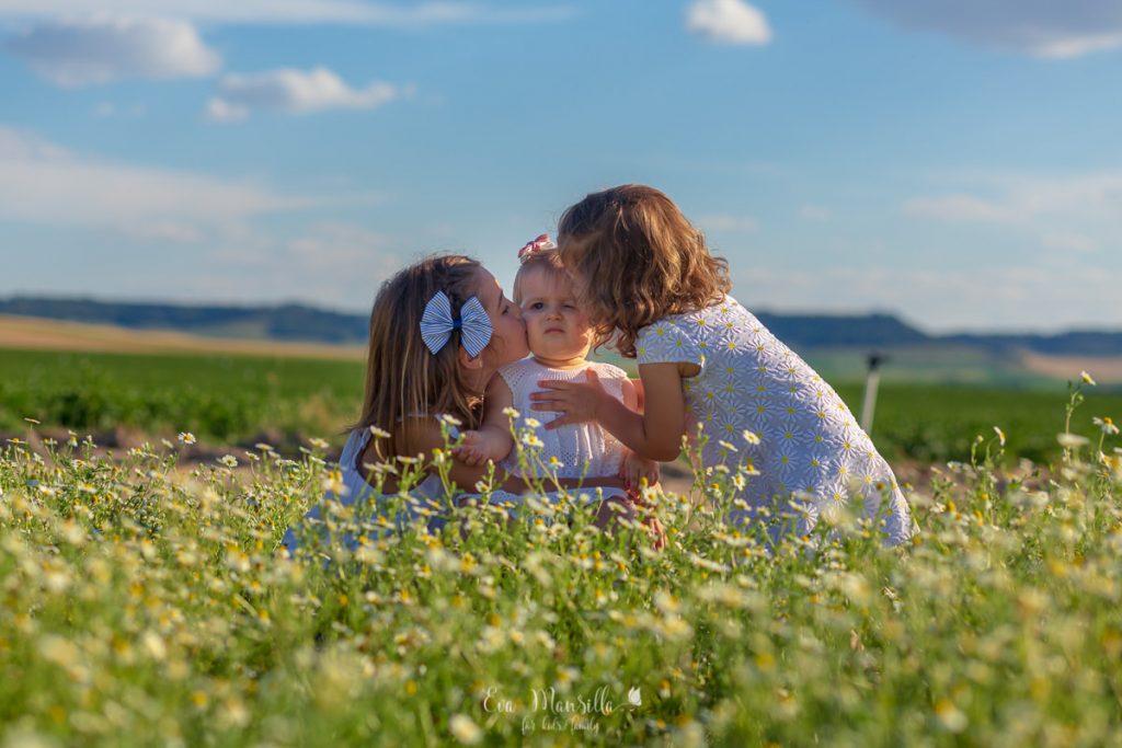 tres hermanas entre margaritas y nubes