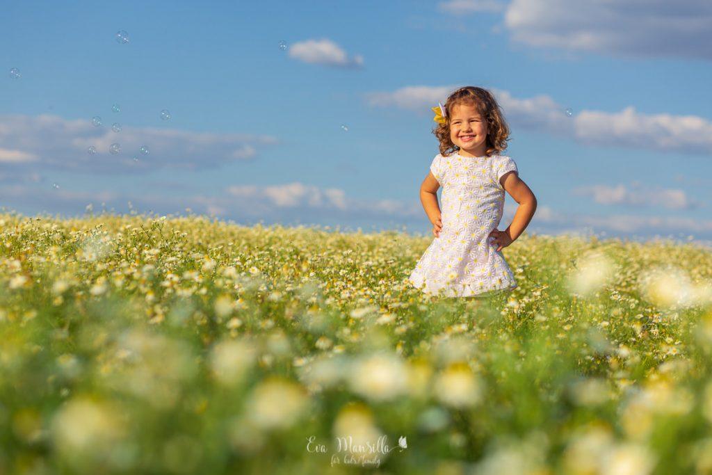 niña vestido blanco con margaritas amarillas