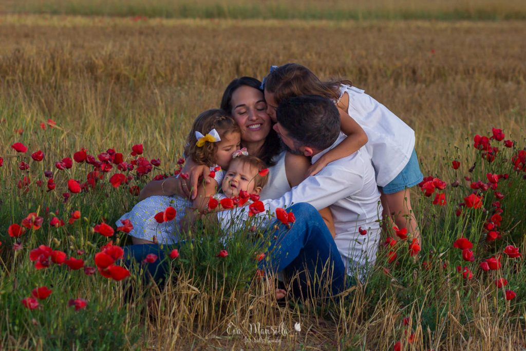 beso abrazo familia numerosa en el campo