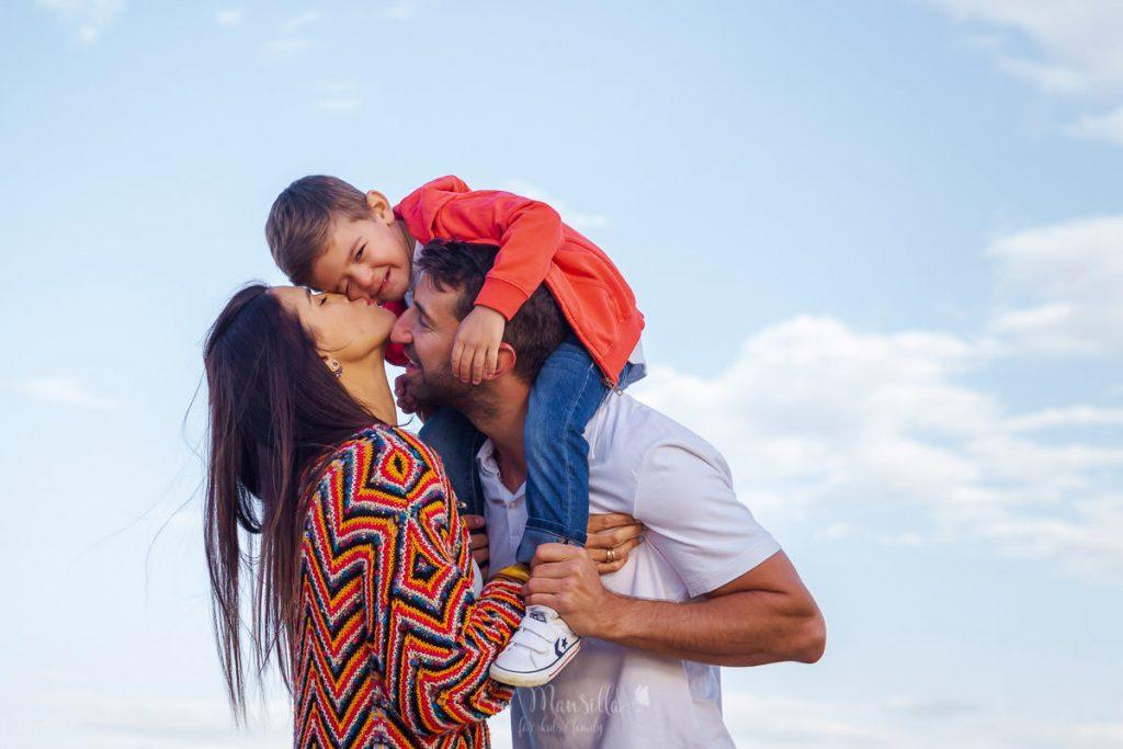 besos de familia entre las nubes