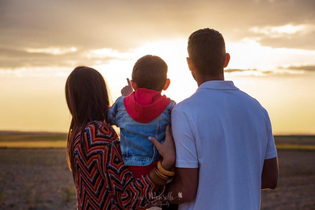 familia mirando la puesta de sol