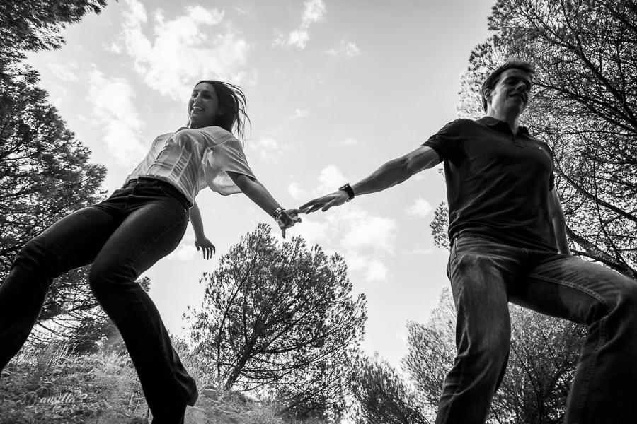 pareja bajando montaña de la mano