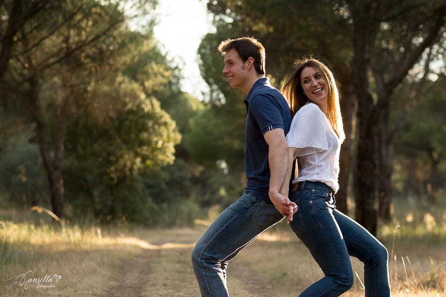 risas pareja atardecer pinar