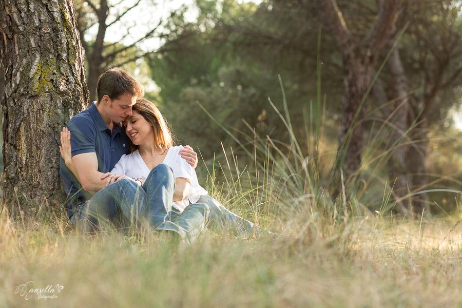 romántico abrazo novios bajo árbol